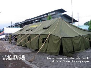 tenda posko salah satu partai politik di depan Stasiun Lempuyangan