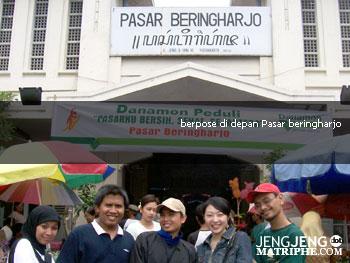 berpose di depan Pasar Beringharjo