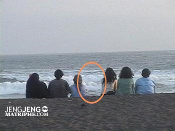 Siapa di tengah?