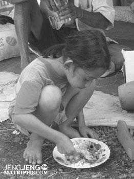 Anak kecil makan