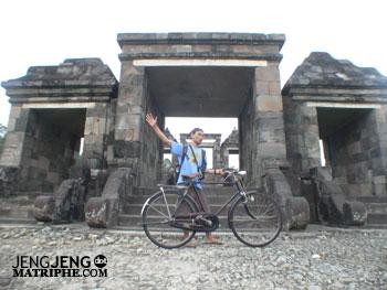 Sepeda di depan Candi Ratu Boko