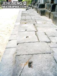 Lubang-lubang bekas kayu penyangga