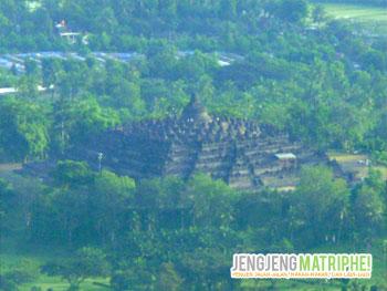 Borobudur nampak dari Puncak Suroloyo