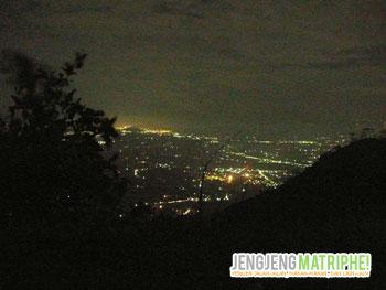 Pemandangan lampu kota Magelang di waktu malam
