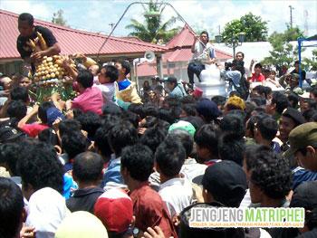 Masyarakat berebut Gunungan Jaler