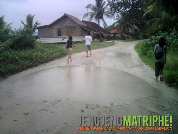 Jalan dengan lubang air