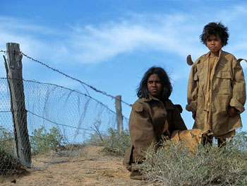 Molly dan Daisy di samping Rabbit-Proof Fence