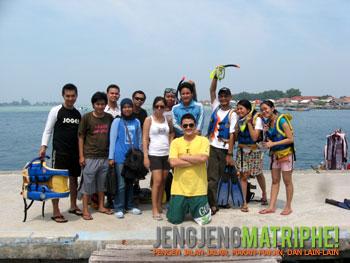 Berfoto di dermaga Pulau Karya