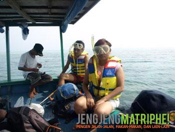 di atas perahu berangkat snorkeling