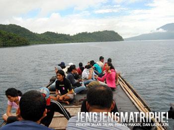 Sebagian penumpang kapal duduk di atap untuk menikmati pemandangan