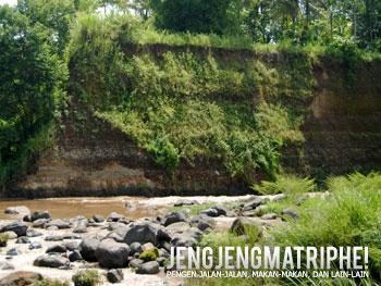 Lapisan tanah di salah satu tepi Sungai Progo