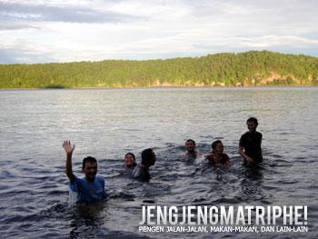 Nyemplung di pantai Anak Krakatau