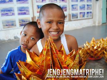 Anak penjual kerajinan di Pagoda Bukit Teratai (Quan Am Tu)