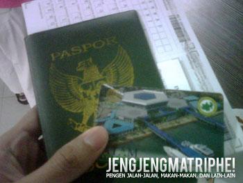 Paspor, dokumen exit permit, dokumen entry permit, dan boarding-pass.