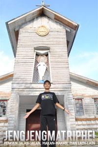 di depan Gereja Katholik Nha To Duc Me Vo Nhem