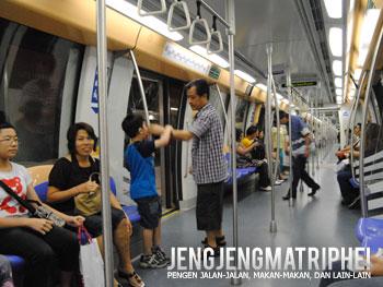 Suasana di dalam MRT
