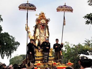 Naga Banda diarak pada upacara Pelebon Puri Peliatan