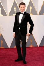 Eddie Redmayne, terno por Alexander McQueen.