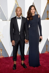 Pharrell Williams e Helen Lasichanh, terno por Lanvin.