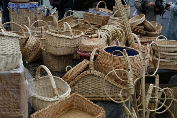 Handmade straw baskets are a great way to take home a bunch of verbos.