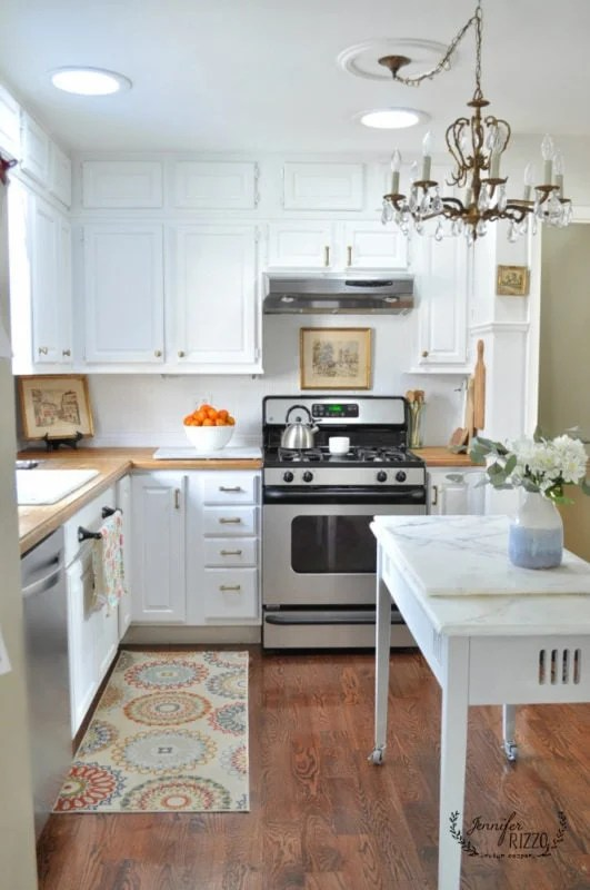 White painted kitchen cabinets and brass hardware for an updated painted kitchen look