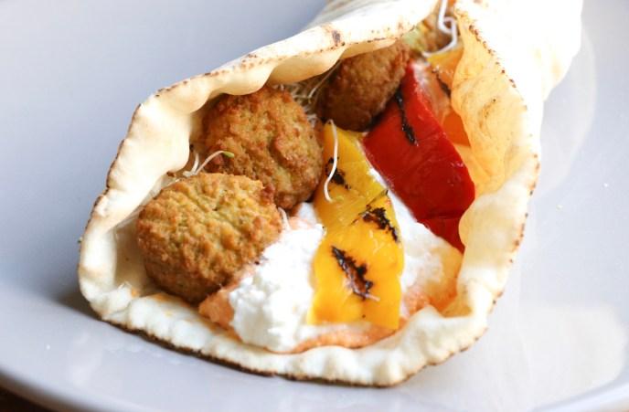 Labinese wrap met hummus en falafel