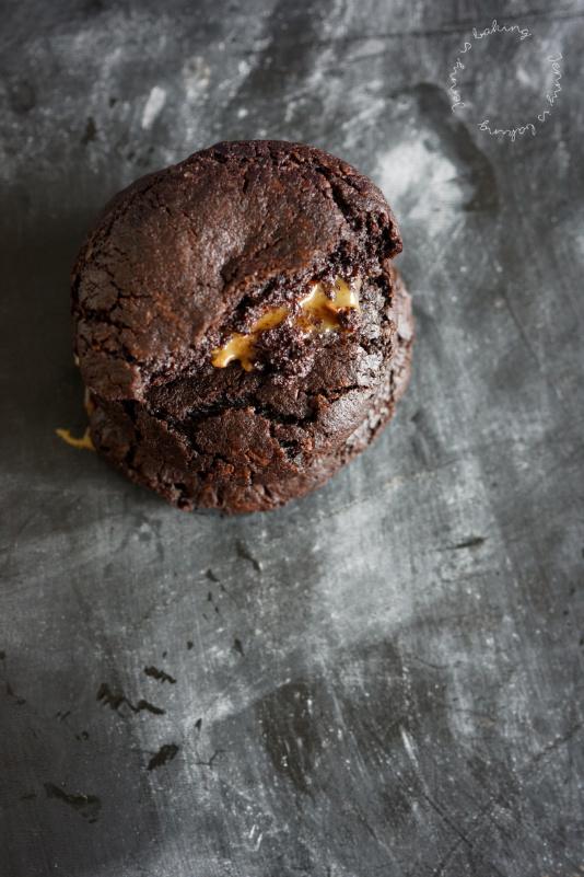 Dunkle Schoko-Cookies mit Karamell