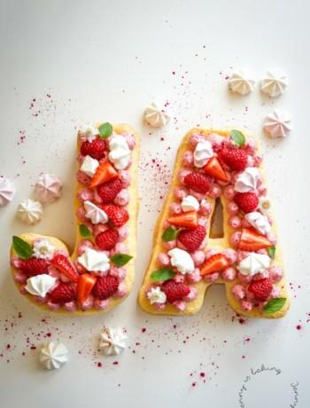 Letter-Cake mit Biskuit und Himbeercreme