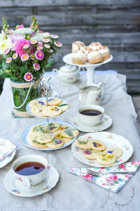 Britisch Afternoon Tea mit essbaren Blütenkeksen