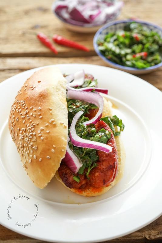 Choripán argentinischer Hot Dog mit selbstgemachten Brötchen