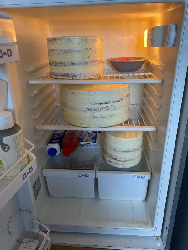 Drei Tortenböden kühlen im Kühlschrank