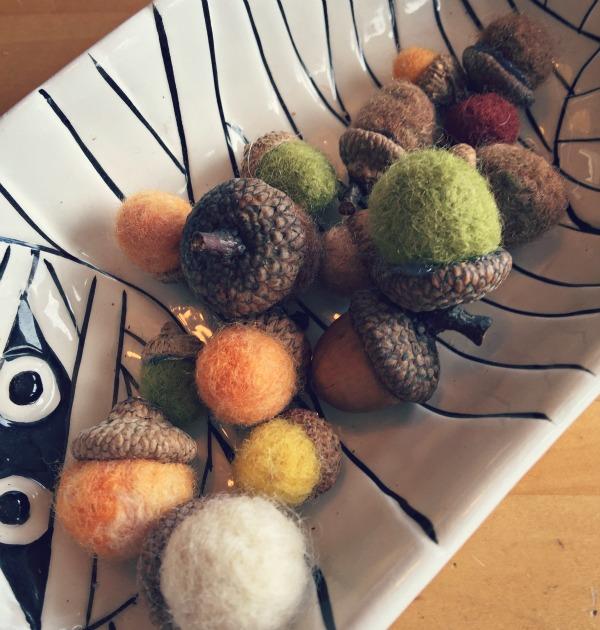 Fall decor and felted acorns via @jennyonthespot