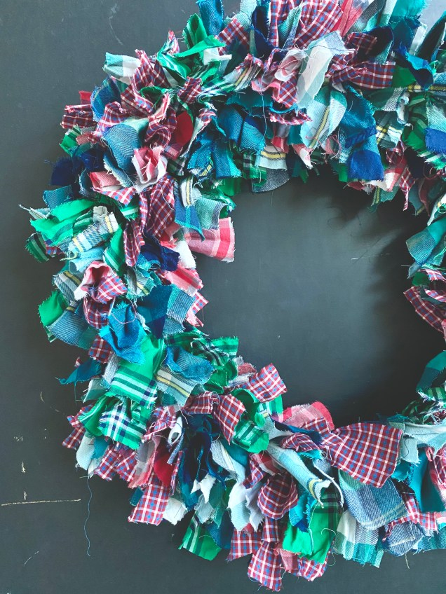 Plaid Rag Christmas Wreath DIY from @jennyonthespot