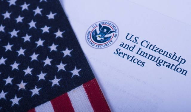 停发H-1b等工作签证 移民局拟大裁员 U.S. agency prepares for massive staff cuts in blow to legal immigration system