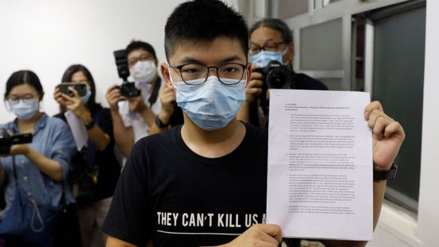 "港府以疫情为由推迟选举一年 黄之锋称之""选举舞弊"" Hong Kong postpones legislative elections for a year over coronavirus fears"