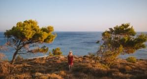 Femme Devant la Mer entre 2 Pins