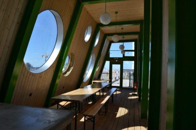 A decoração e mobília do hotel foi pensada designers locais e produzida inteiramente com material suecos.
