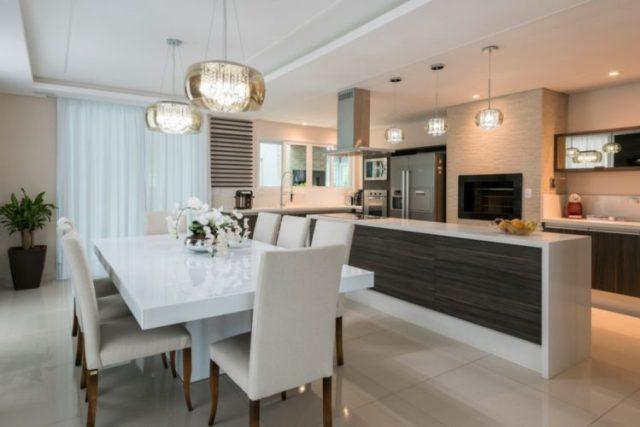 A cozinha gourmet é integrada à sala de estar e mesa de jantar. Foto: Fernando Zequinão. .