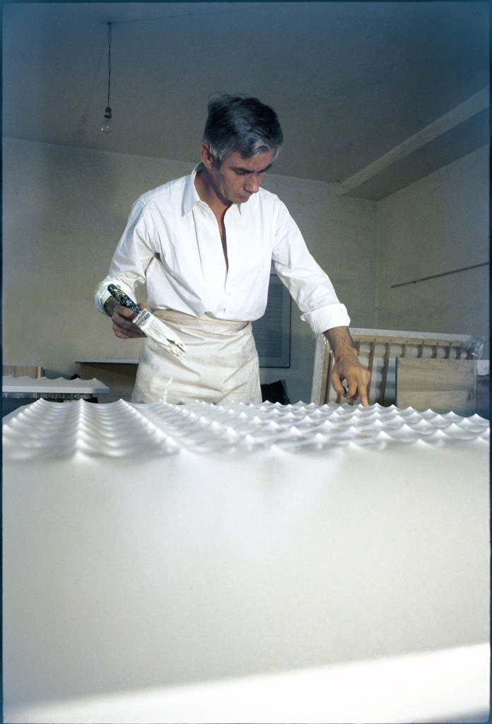 7) Castellani working in his studio on Via Pirandello 21, Sesto San Giovanni, Milan, 1968