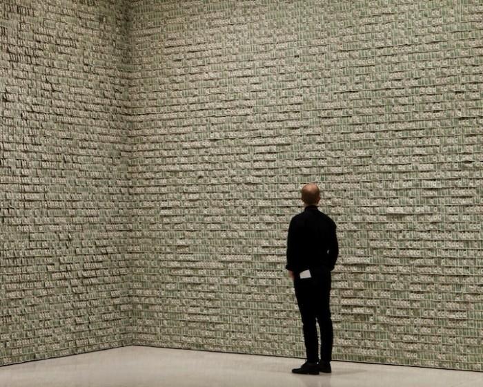 Honderdduizend bankbiljetten aan de muur