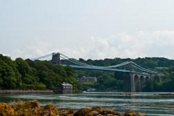 "Menai Bridge tussen het ""vaste land"" en Anglesey"