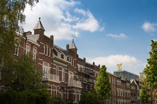 Vondelstraat. Het gebouw op de achtergrond staat op de plaats van de oude Biotex-fabriek. Op het dak zijn de originele letters.