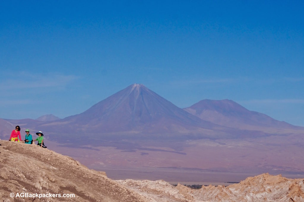 San Pedro de Atacama - vue sur le volcan Licancabur - valle de la luna