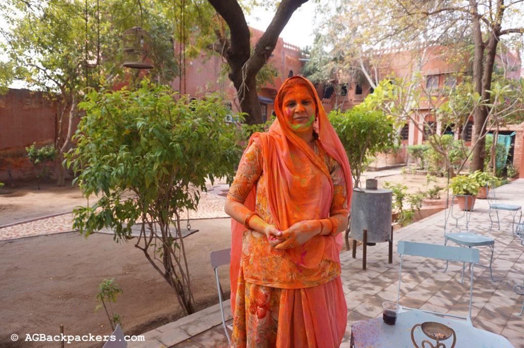 Holi Colors Bikaner Inde Anisha, la tante d'Arun dans le jardin de sa belle demeure à Bikaner