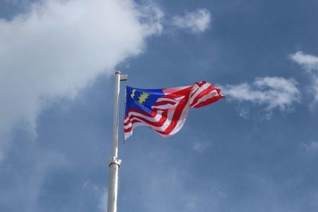 Gastos en Malasia. Bandera de Malasia en Putrajaya