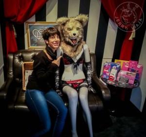 Abrazada a un maniquí en ropa interior y con cabeza de lobo feroz.