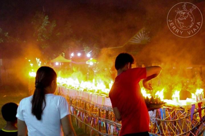 Barca ceremonial con sus antorchas encendidas en el patio del monasterio.