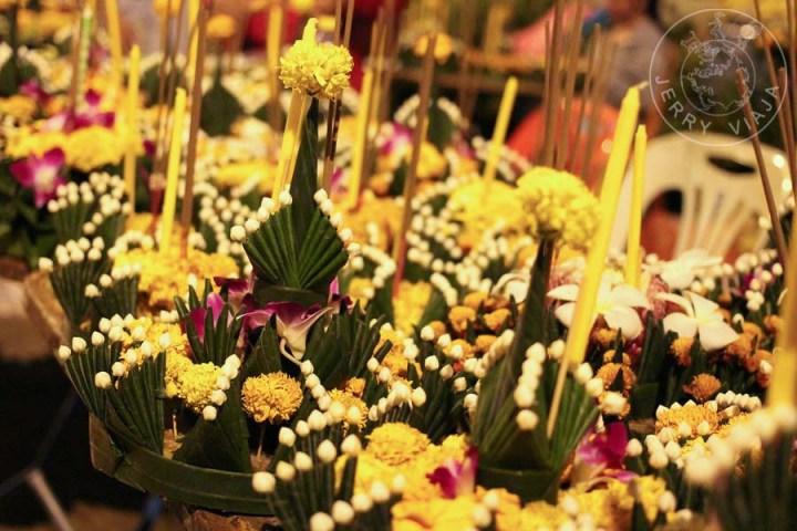 "Hua fai: pequeños ""botes"" hechos con una rrodaja de tronco de banano como base y decorados con flores, velas e incienso."