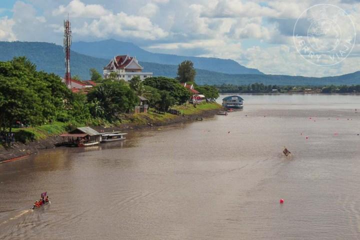 Barcas practicando en el rio mekong para la regata del festival.