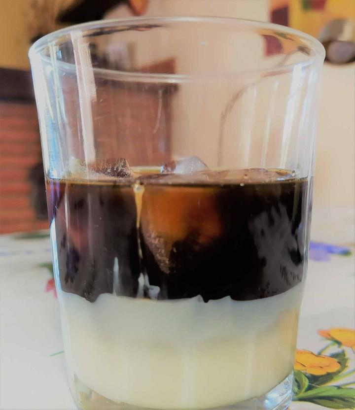 Cà phê sữa đá (sur de Vietnam) o Cà phê nâu đá (norte de Vietnam= Café con hielo y leche condensada) hanoi vietnam
